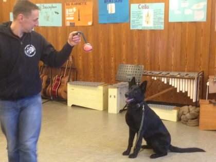 Polizeihund Kaspar zu Besuch im Biologieunterricht