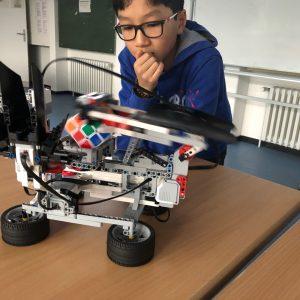 Robotik AG: Legoroboter löst Zauberwürfel